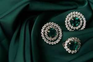 Emerald-ring-diamond-earrings-in-gold